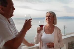 casal maduro bebendo vinho lá fora