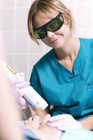 praticante sorridente fazendo tratamento a laser