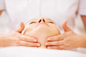 mulher recebendo tratamento facial em spa de beleza foto