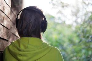 mulher ouvindo música lá fora