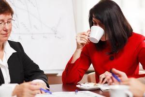 duas mulheres em uma reunião de negócios