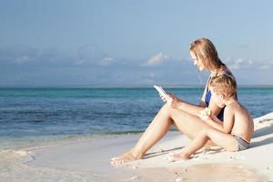 mãe e filho na praia foto