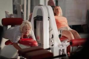 duas mulheres se exercitando em uma academia foto