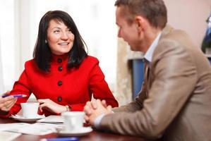 empresária em reunião com um colega