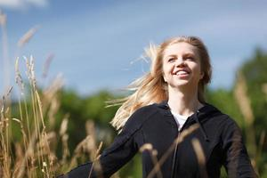 mulher feliz em um campo foto