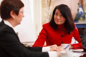 duas mulheres sérias em uma reunião de negócios