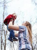 mãe segurando filho do lado de fora