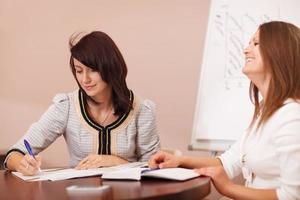 duas colegas de trabalho em uma reunião