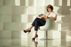 mulher posando em uma cadeira