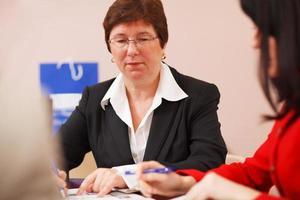 mulher executiva em uma reunião