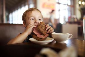 criança almoçando