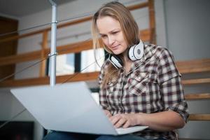 mulher relaxando com um laptop foto