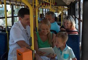 família em um ônibus foto