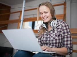 mulher passando o tempo de lazer em um laptop em casa foto