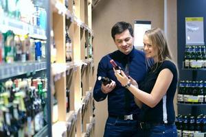 casal escolhendo vinho foto