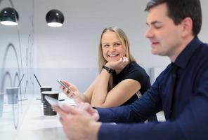 homem e mulher em um café foto