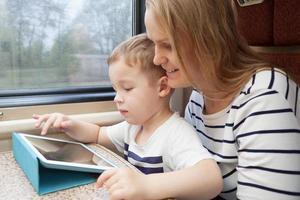 mãe e filho usando um tablet foto