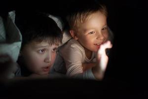dois meninos assistindo um filme