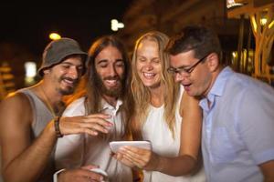 amigos olhando para um telefone foto
