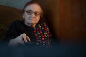 senhora idosa assistindo televisão