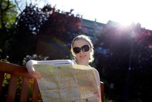 mulher com um mapa