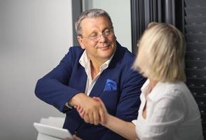 empresários fazendo um acordo com um aperto de mão