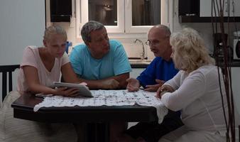 família curtindo o tempo juntos na mesa da cozinha foto