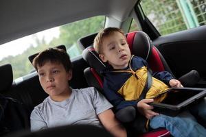 crianças sentadas em um carro