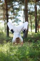 mulher em pose de asana na floresta
