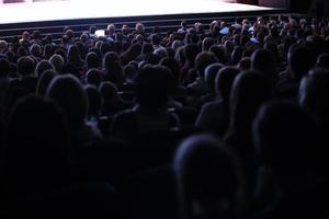 Moscou, Rússia, 2020 - pessoas sentadas em um teatro foto