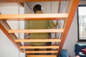homem ouvindo música na escada