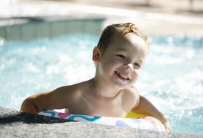 menino se divertindo em uma piscina