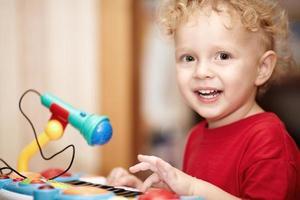 menino brincando com um microfone de brinquedo foto