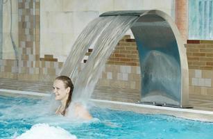 mulher perto de uma fonte em uma piscina
