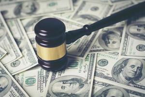 conceito de martelo do tribunal em dinheiro variado, close-up