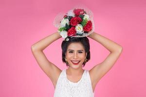 retrato de uma linda mulher com buquê de flores