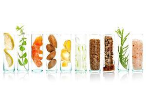 ingredientes naturais em potes de vidro foto