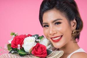 retrato de uma linda mulher com buquê de flores foto