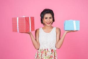linda mulher feliz com uma caixa surpresa para presente foto