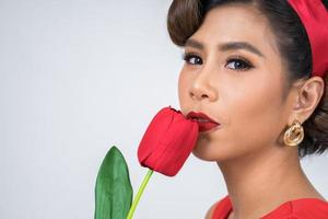 retrato de uma linda mulher com flores de tulipa vermelha foto