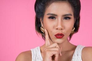 close-up de mulher elegante com lábios vermelhos foto