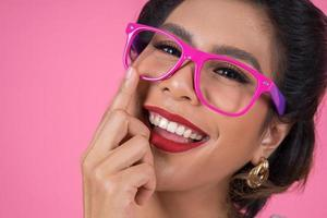 retrato de uma mulher elegante com óculos escuros foto