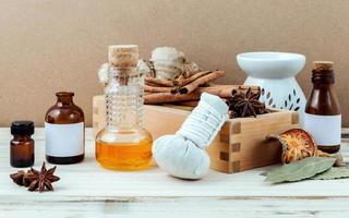óleos essenciais com itens de spa foto