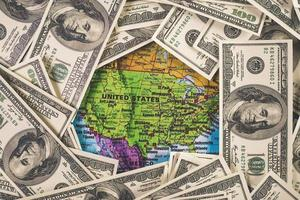 dinheiro no mapa, conceito de viagens foto