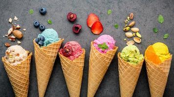sorvete com frutas e nozes