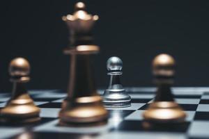 tabuleiro de xadrez com peças de xadrez em fundo preto