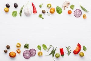 legume fresco e borda de ervas foto