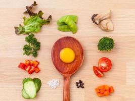 ingredientes de omelete em fundo de madeira foto