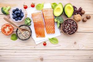 salmão com ingredientes frescos foto
