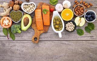 comida saudável em um fundo de madeira foto
